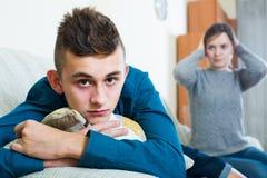 Madre frustrada que regaña al hijo del adolescente Foto de archivo libre de regalías