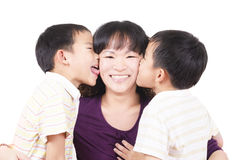 Madre gemela feliz del beso Fotografía de archivo