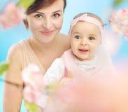 Madre graziosa con il bambino sveglio Immagine Stock