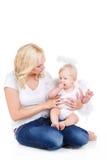 Madre hermosa con el niño angelical Fotografía de archivo