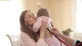 Madre hermosa con la hija que concierta la cita para cuidarse almacen de video