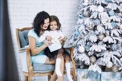 Madre hermosa e hija felices de la familia para celebrar Christma Fotos de archivo libres de regalías
