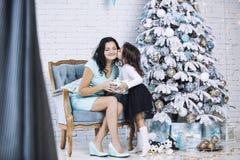 Madre hermosa e hija felices de la familia para celebrar Christma Imagen de archivo libre de regalías
