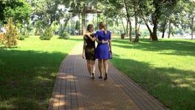 Madre hermosa e hija que caminan a lo largo del parque que disfruta del pasatiempo al aire libre fotografía de archivo libre de regalías