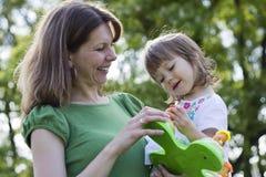 Madre hermosa e hija que juegan junto Imagen de archivo