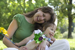 Madre hermosa e hija que juegan junto Foto de archivo