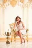 Madre hermosa futura en un interior costoso Foto de archivo libre de regalías