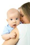 Madre hermosa joven y su pequeño bebé Imagenes de archivo