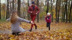 Madre hermosa que la abraza familiy en otoño almacen de video