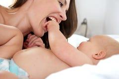 Madre hermosa y el jugar lindo del bebé Fotos de archivo libres de regalías