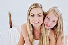 Madre hermosa y su adolescente bonito de la hija que sonríen en casa Imagenes de archivo