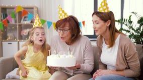 Madre, hija, abuela con la torta de cumpleaños almacen de video