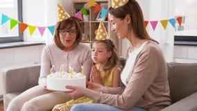 Madre, hija, abuela con la torta de cumpleaños metrajes