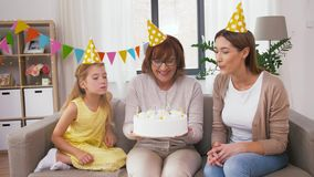 Madre, hija, abuela con la torta de cumpleaños almacen de metraje de vídeo