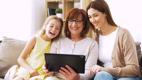 Madre, hija y abuela con PC de la tableta almacen de video