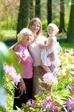 Madre, hija y abuela disfrutando del paseo en el parque Fotos de archivo libres de regalías