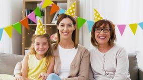 Madre, hija y abuela en la fiesta de cumpleaños almacen de video