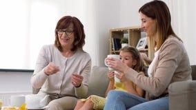 Madre, hija y abuela teniendo la fiesta del té almacen de video