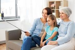 Madre, hija y abuela tomando el selfie imagen de archivo libre de regalías