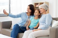 Madre, hija y abuela tomando el selfie imagen de archivo