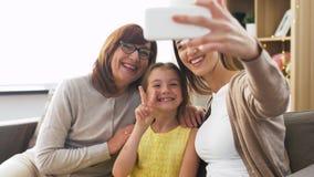 Madre, hija y abuela tomando el selfie almacen de metraje de vídeo