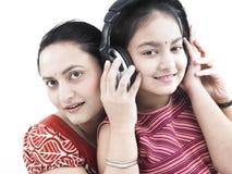 Madre, hija y música Foto de archivo libre de regalías