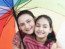 Madre, hija y paraguas Foto de archivo libre de regalías