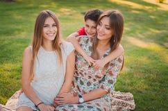 Madre, hijo e hija felices en el parque Familia que se divierte al aire libre Concepto de familia feliz Fotografía de archivo libre de regalías