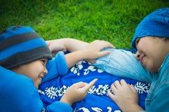 Madre, hijo en el parque, campo de fútbol y césped foto de archivo