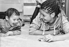 Madre, hijo, juego, coche, sonrisa, feliz, familia, en casa, mamá, ha imagen de archivo libre de regalías