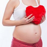 Madre incinta che mostra la sua pancia fotografie stock libere da diritti