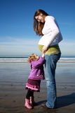 Madre incinta con la figlia Fotografia Stock Libera da Diritti