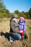 Madre incinta dei giovani con la sua figlia fotografia stock libera da diritti