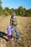 Madre incinta dei giovani con la sua figlia Fotografie Stock