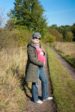 Madre incinta dei giovani esterna in autunno fotografia stock libera da diritti
