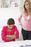 Madre infelice che riprende figlia per non fare compito Fotografie Stock Libere da Diritti