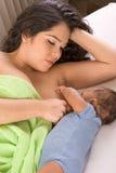 Madre ispanica etnica che allatta al seno il suo figlio Fotografia Stock