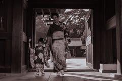 Madre japonesa y una hija en kimonos tradicionales en Meiji Jingu Shrine en Tokio imágenes de archivo libres de regalías