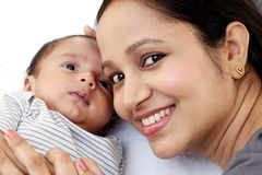 Madre joven alegre con el bebé imagen de archivo