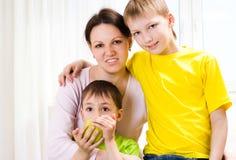 Madre joven con dos niños Fotos de archivo