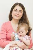 Madre joven con el bebé. Imágenes de archivo libres de regalías