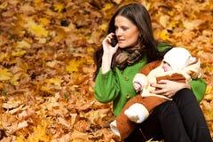Madre joven con el niño a disposición Fotografía de archivo libre de regalías