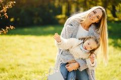 Madre joven con el ni?o imagenes de archivo