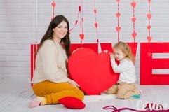 Madre joven con la hija del bebé con la decoración Fotos de archivo