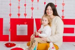 Madre joven con la hija del bebé con la decoración Fotos de archivo libres de regalías