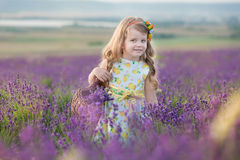 Madre joven con la hija joven que sonríe en el campo de la lavanda Hija que se sienta en las manos de la madre Muchacha en colori Fotografía de archivo libre de regalías