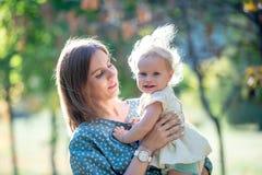 Madre joven con la hija linda Fotografía de archivo libre de regalías