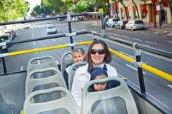 Madre joven con los niños en una excursión Fotografía de archivo libre de regalías