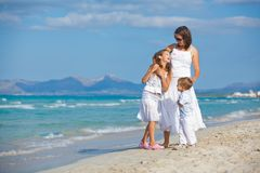 Madre joven con sus dos cabritos el vacaciones de la playa fotos de archivo libres de regalías