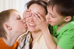 Madre joven con tres niños Fotos de archivo